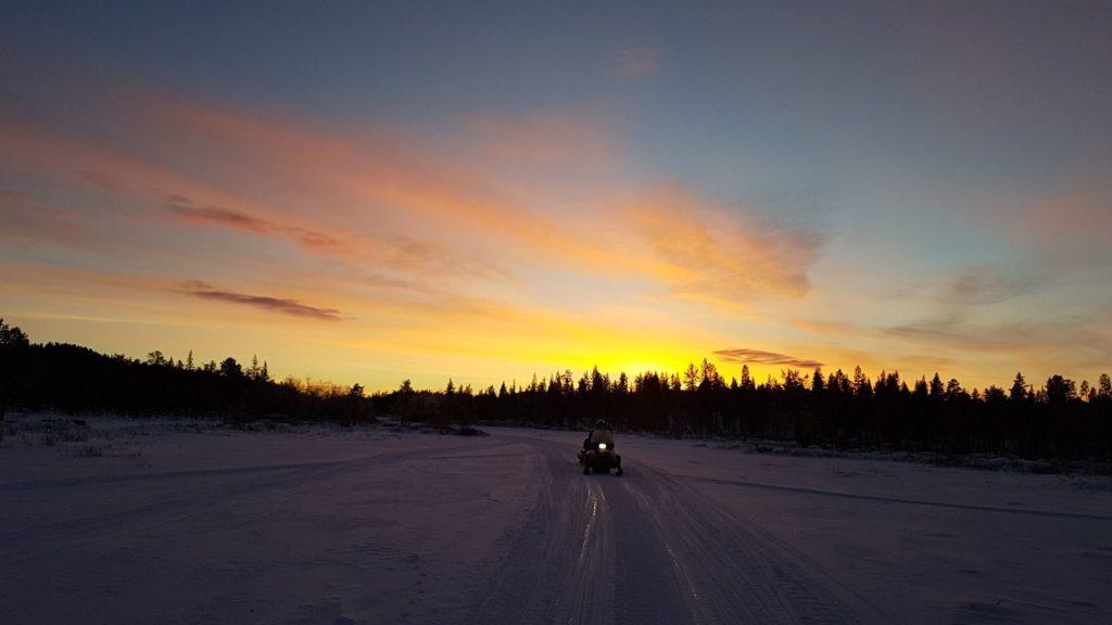 Moto de nieve atardecer en Kiruna Suecia